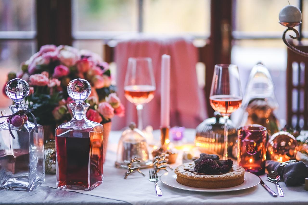 mesa de jantar com vinho rosé