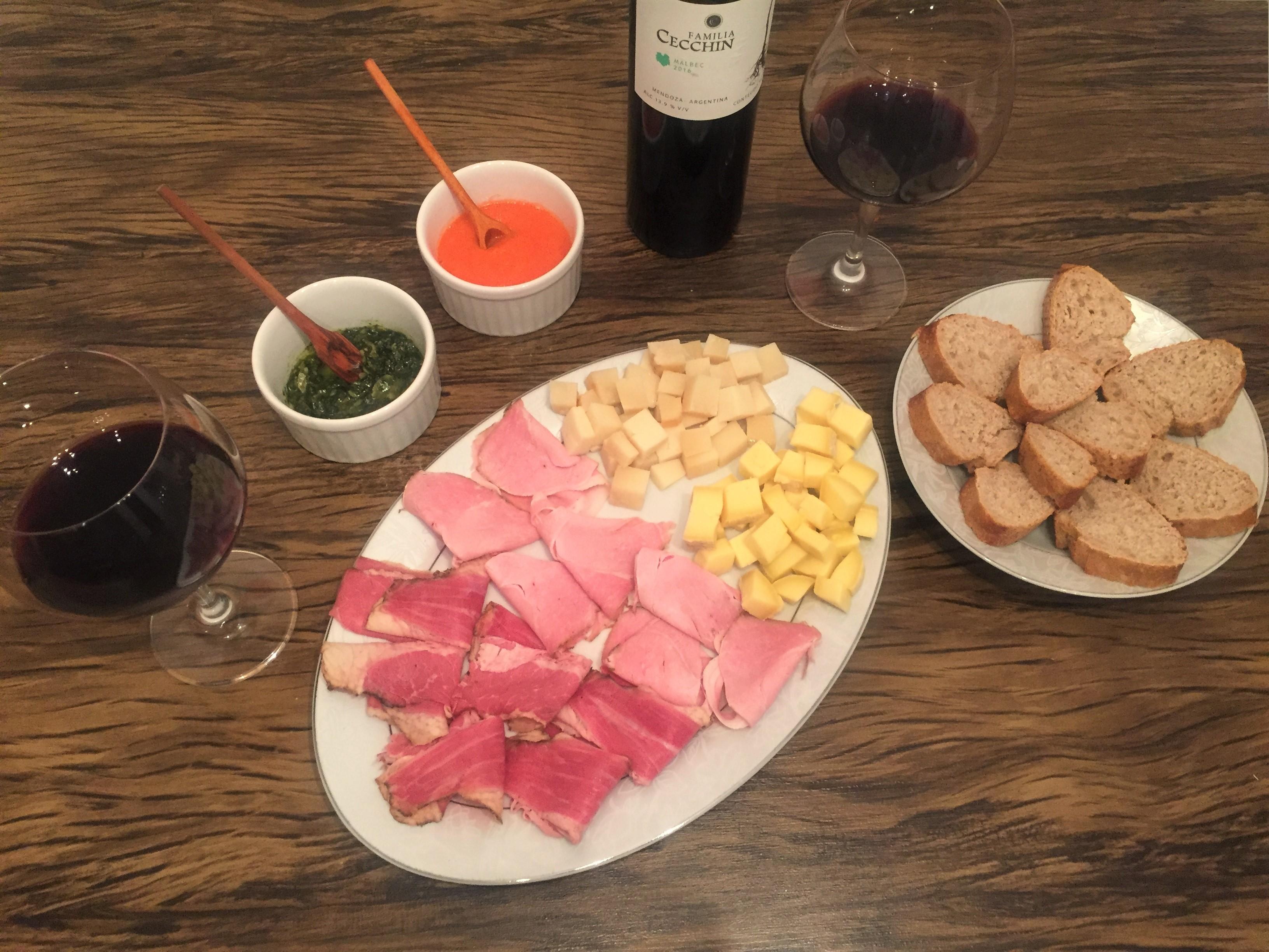 Frios queijo e vinho tinto