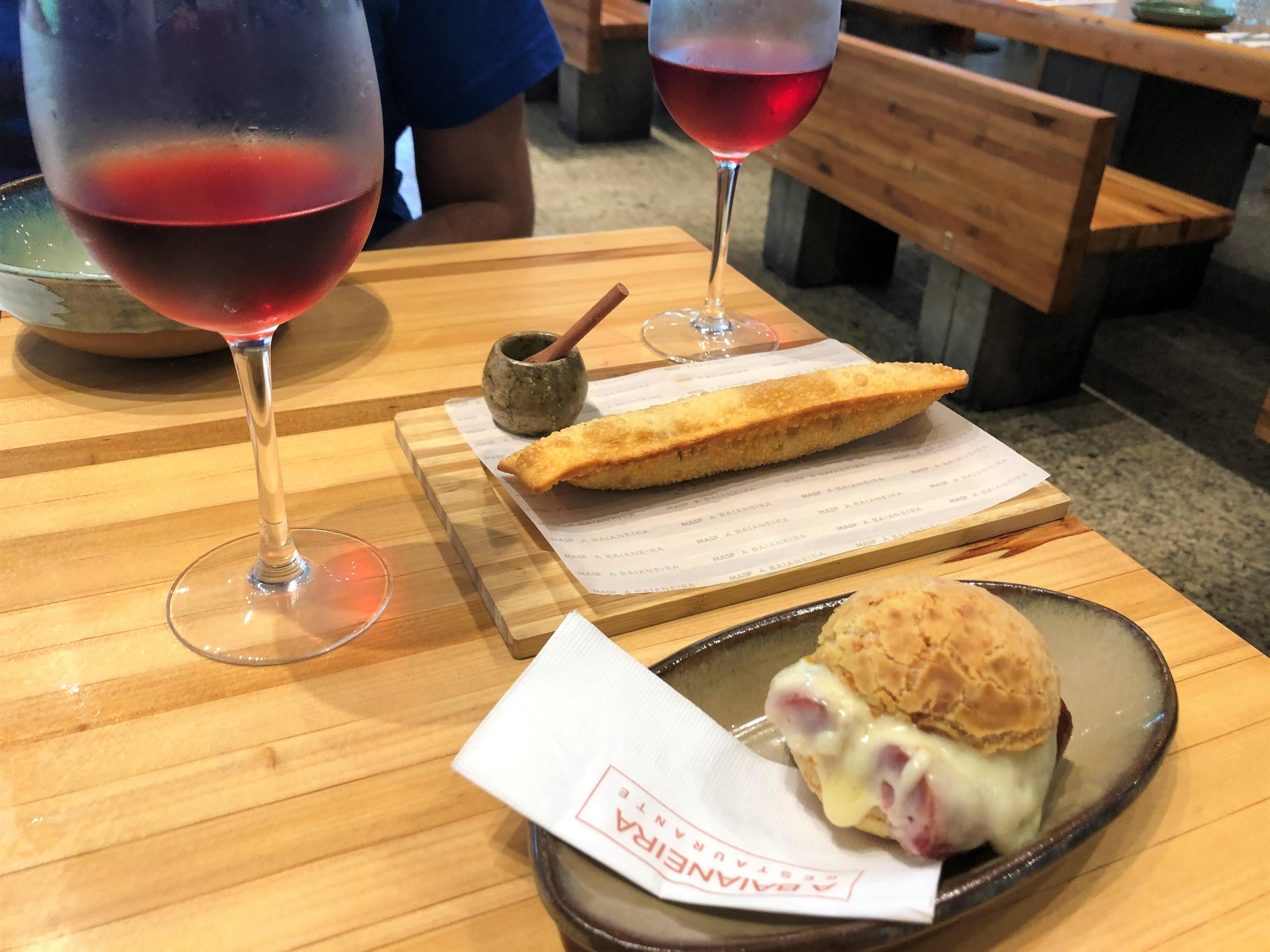 Harmonização pastel pão de queijo e vinho